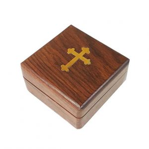 Τετράγωνο ξύλινο κουτί με μπρούτζινο σταυρό στο καπάκι διαστάσεων 8 x 8 x 4,5cm